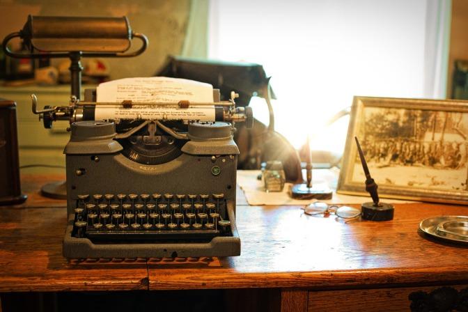 Máquina de escrever antiga com um texto de escrita criativa